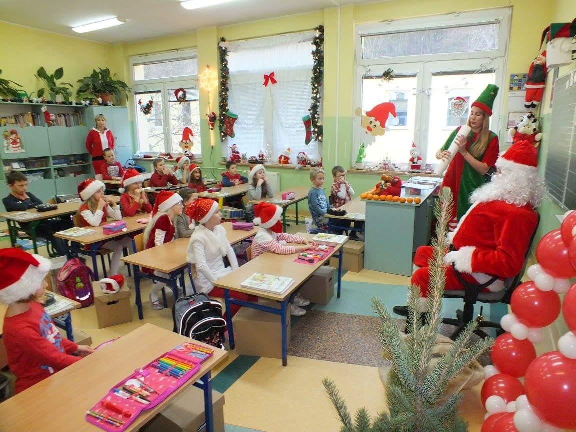 Klasę II a odwiedził Mikołaj. Tak bardzo spodobała mu się świąteczna atmosfera sali nr 7, że rozsiadł się w fotelu i słuchał opowieści trolla. Nie mógł zostać na wszystkich lekcjach, więc wyszedł...drzwiami. Niestety w sali nr 7 nie ma komina;-)